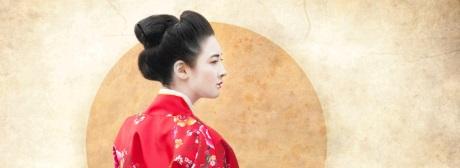 Japan Frau vor Fahne klein