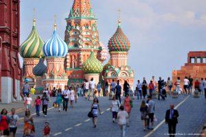 Für die russischen Unternehmen herrschen goldene Zeiten - trotz der westlichen Sanktionen. Ein schwacher Rubel und hohe Rohölpreise lassen die Einnahmen vieler Firmen sprudeln. Dies zeigt sich auch am Aktienmarkt. Russische Titel laufen wieder.